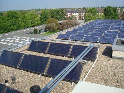 """Bild: Dach des Gästehauses Freiherr vom Stein - Solarthermie und Photovoltaik"""" von Claus Ableiter - Eigenes Werk. Lizenziert unter CC BY-SA 3.0 über Wikimedia Commons."""