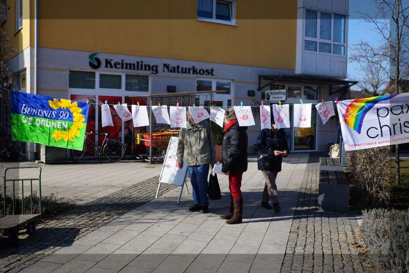 Aktion zum Rote Hand Tag auf dem Gilchinger Marktplatz