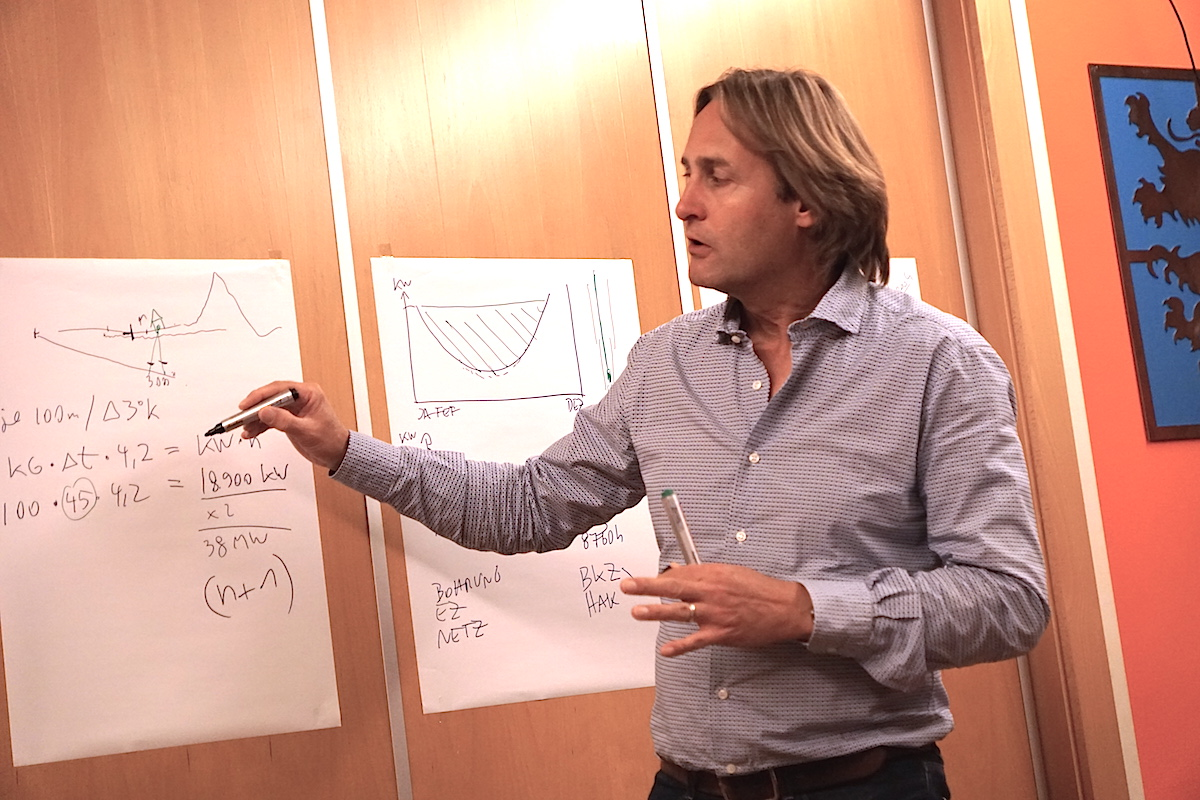 Helmut Mangold erläutert Geothermie