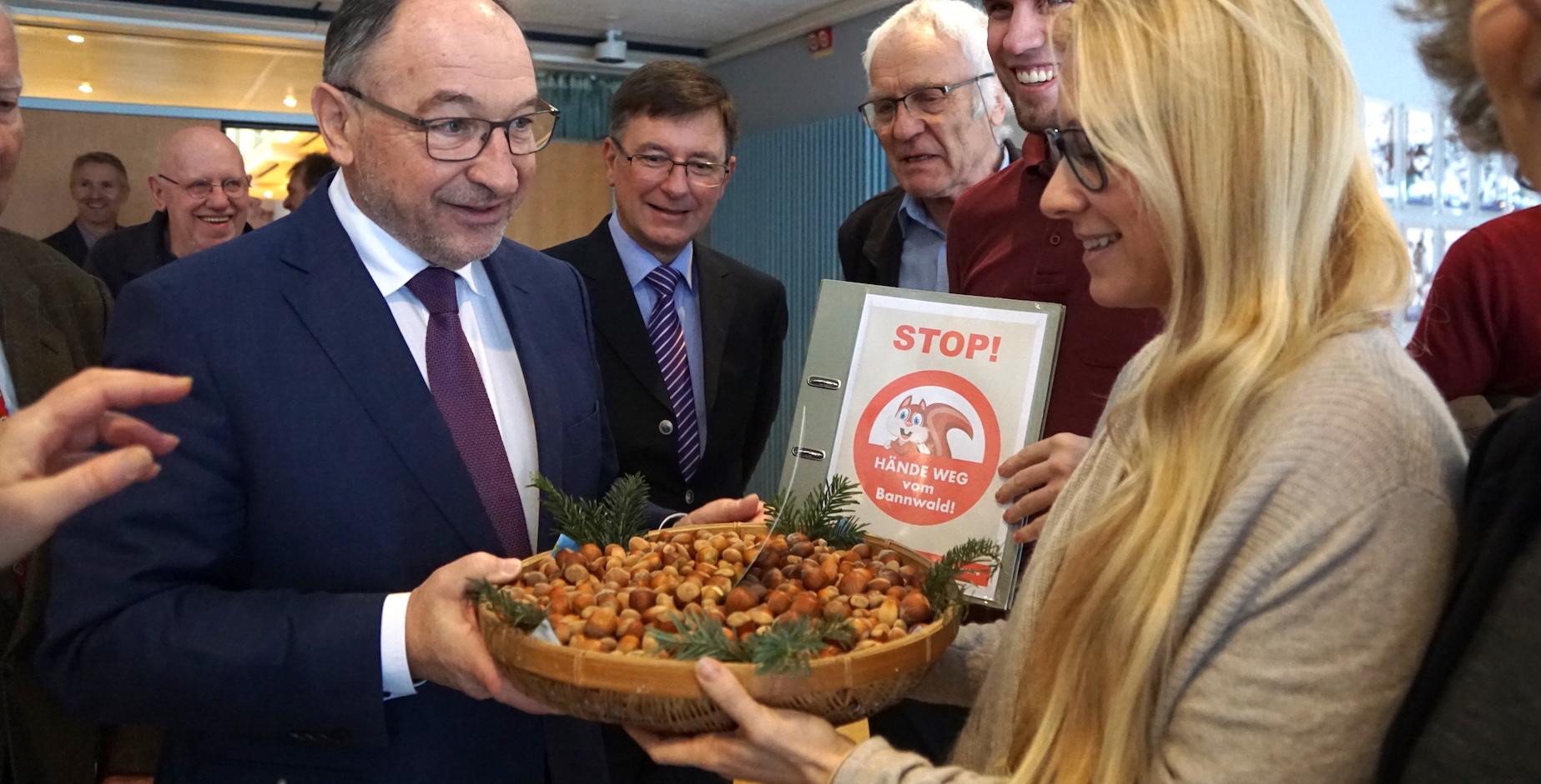 1700 Nüsse für den Landrat